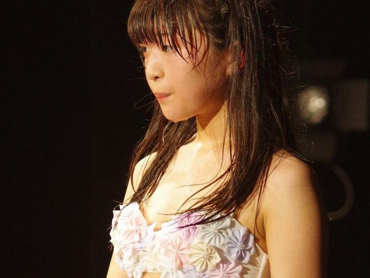 【ω】汗だくむわむわ、マンスジくっきりでステージに立つ地下アイドルをご覧くださいwwwwwww