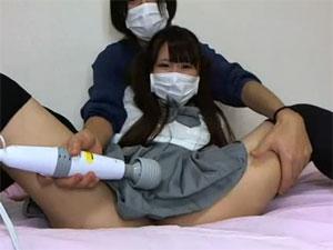 ツインテールの制服美少女がクラスメイトに電マを当てられお漏らし級の大量潮吹きブッシャーーーーー!