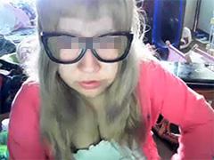 ニコ生BAN動画 不思議ちゃん系のメガネっ娘が放送中にパンツ脱いで下半身丸出しwwww