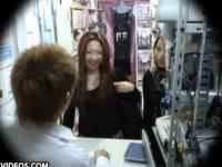 【盗撮】ビッチな女子校生に店内でフェラさせた挙句チン●ンを挿入する!