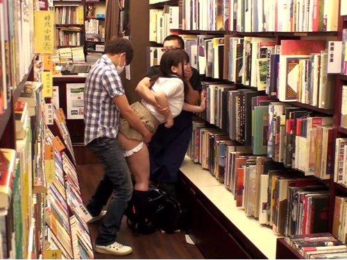 本屋で本を探す優等生のふいをついて媚薬を塗り込んだ肉棒をねじ込む 店主が手と口を塞ぎ抑え込まれる