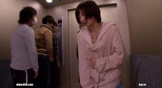 止まってしまったエレベーターの中でおしっこを漏らしてしまった美少女をよってたかってハメる男たち!