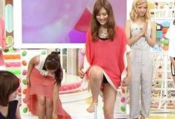 スカート姿でテレビに出てる段階で女性芸能人はパンチラの危険性があると認識した方が良い(15枚)