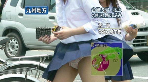 】真面目なニュース番組で女子高生の花柄おパンティーがモロに映るwwwww