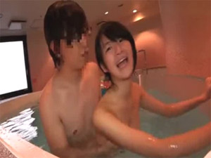 初めてのプール付きホテルに興奮した学生カップル。初水中SEXを、早速堪能!