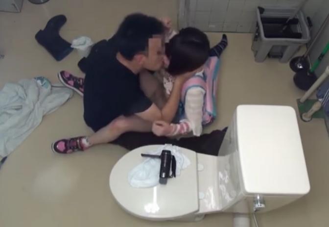 公衆トイレで、とんでもない行為が撮影されてしまう・・