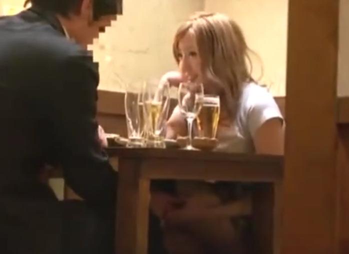 酔ったギャル娘が居酒屋の席でSEXやっちゃってる映像がヤバイ!がっつり、しかっり最後までしております!